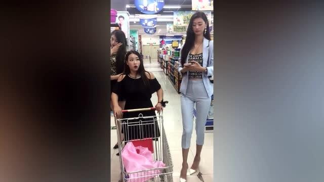 逛超市碰见两个又高又瘦的美女!